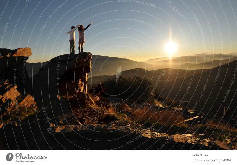 Titanic trocken Natur Sonne Landschaft ruhig Ferne Umwelt Berge u. Gebirge Gefühle Freiheit Felsen Stimmung Paar Freundschaft Zusammensein stehen Schönes Wetter