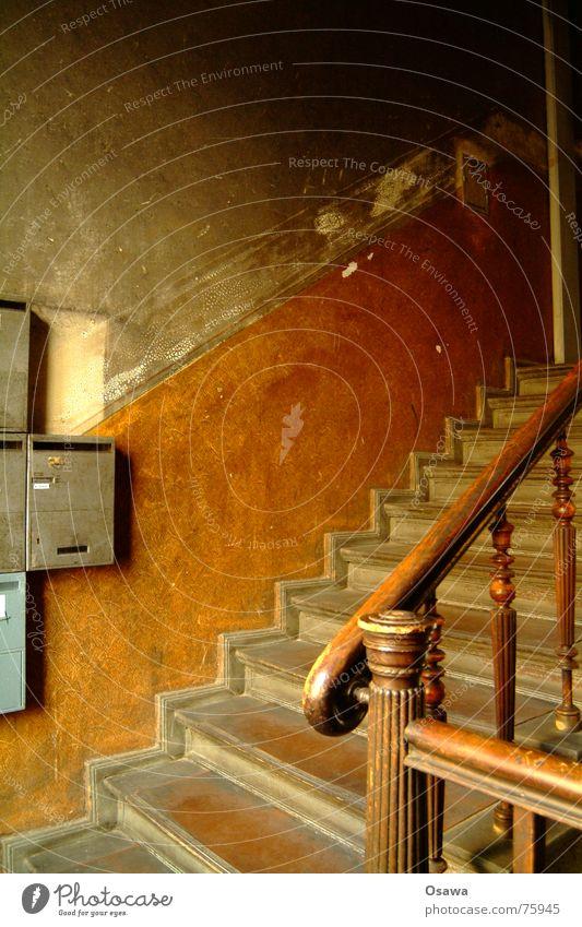 Treppenhaus II Gebäude Treppenabsatz Briefkasten Wand verwohnt Altbau Kreuzberg halbe treppe Geländer alt Architektur
