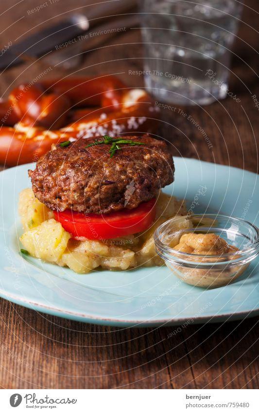 Fleischpflanzerl Wasser Speise Lebensmittel Ernährung gut Holzbrett Teller Backwaren Bayern Fleisch Messer Teigwaren Tomate Besteck Gabel Snack
