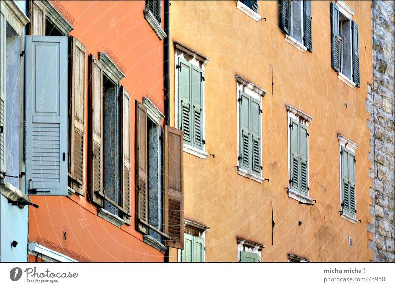 Fenster auf, Fenster zu Fensterladen Fassade Haus Gasse Gardasee Italien mehrfarbig arco mediteran