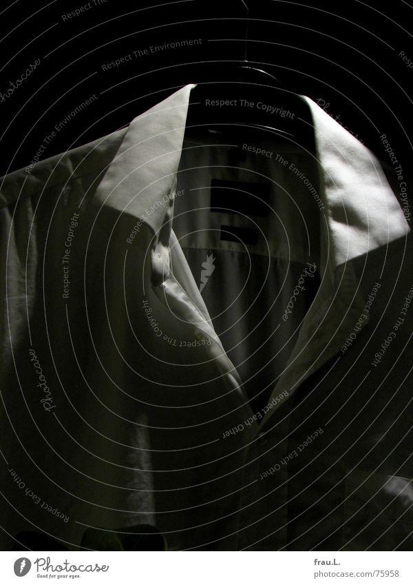 Nacht-Hemd trocknen Kragen Kleiderbügel Mitternacht Wäschetrockner Mailand Wäscheleine Wäsche waschen nass feucht Stoff geheimnisvoll Einsamkeit Balkon