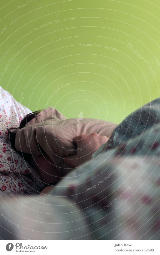 Morgenmuffel Junge Frau Jugendliche Haare & Frisuren Hand 1 Mensch schlafen grün Warmherzigkeit Traurigkeit Liebeskummer Schlafzimmer Bettwäsche Müdigkeit