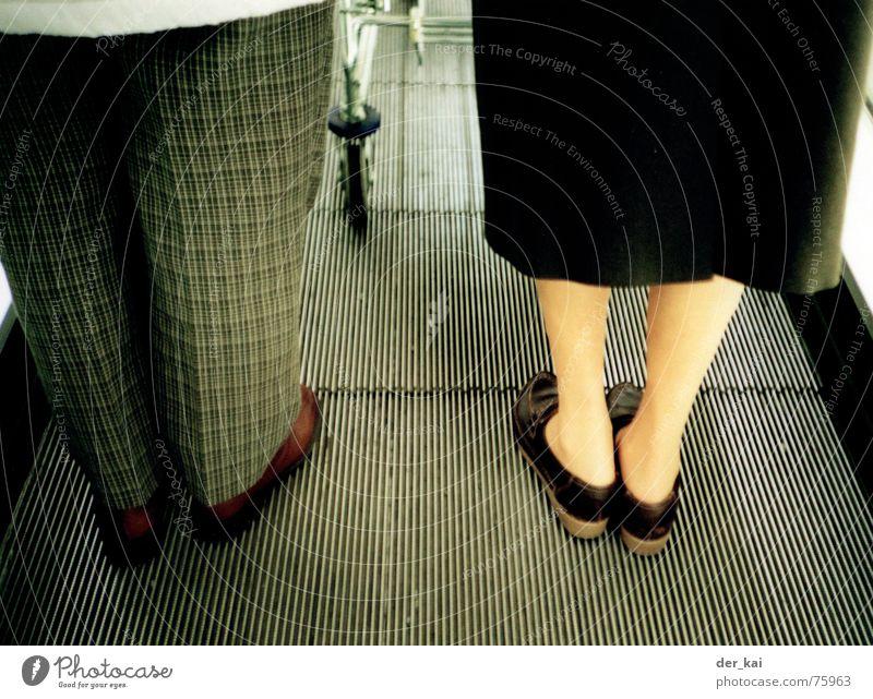 Approximate Beine Fuß Hose Weiblicher Senior Männlicher Senior anonym Ehepaar Bildausschnitt Anschnitt Damenschuhe Rolltreppe unkenntlich Schuhe unerkannt