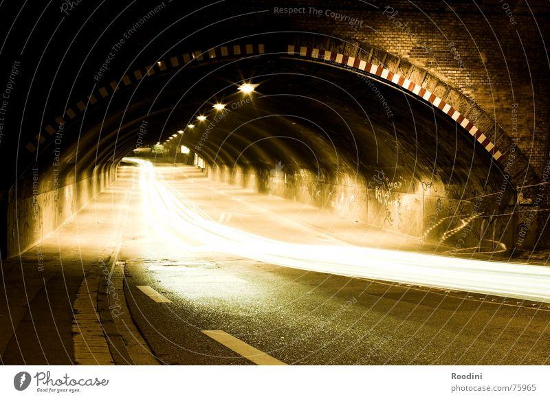 Tunnelblick Stein Mauer PKW Beleuchtung Straßenverkehr Verkehr Geschwindigkeit fahren Rasen Tunnel Autofahren Fahrzeug Straßenbelag Scheinwerfer heizen Fahrbahn