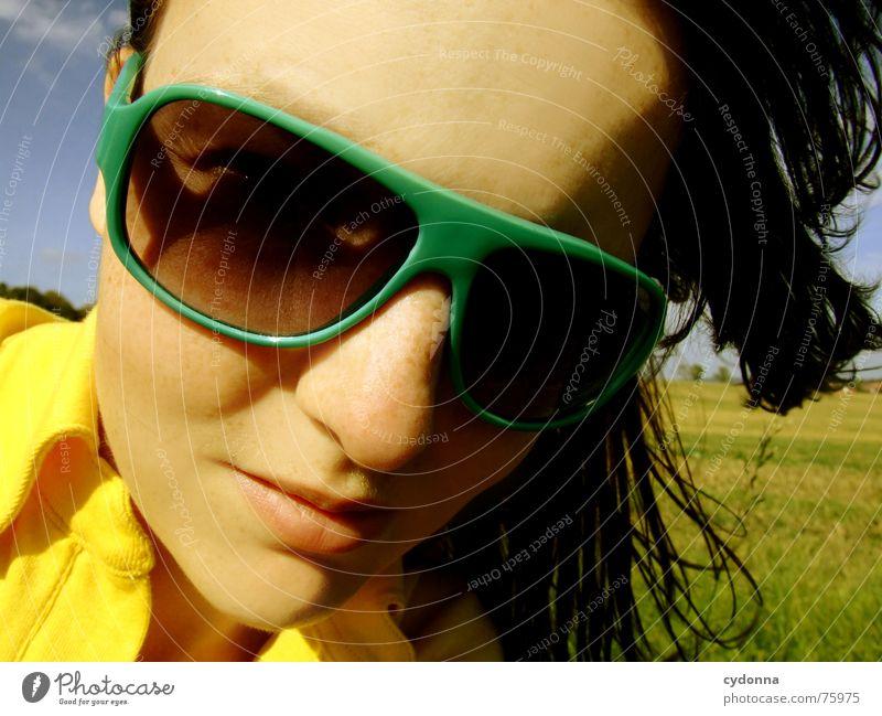 Blick zur Sonne Sonnenbrille Sommer Sonnenstrahlen Licht angenehm Porträt Frau erleuchten Wärme Wind Haare & Frisuren wehen Landschaft Gesicht face Mensch