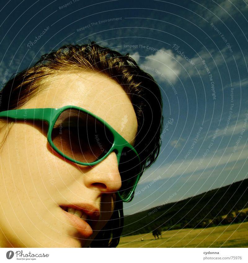Blick zur Sonne I Sonnenbrille Sommer Sonnenstrahlen Licht angenehm Porträt Frau erleuchten Wärme Wind Haare & Frisuren wehen Landschaft Gesicht face Mensch