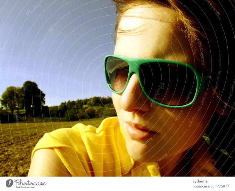 Blick zur Sonne II Sonnenbrille Sommer Sonnenstrahlen Licht angenehm Porträt Frau erleuchten Wärme Wind Haare & Frisuren wehen Landschaft Gesicht face Mensch