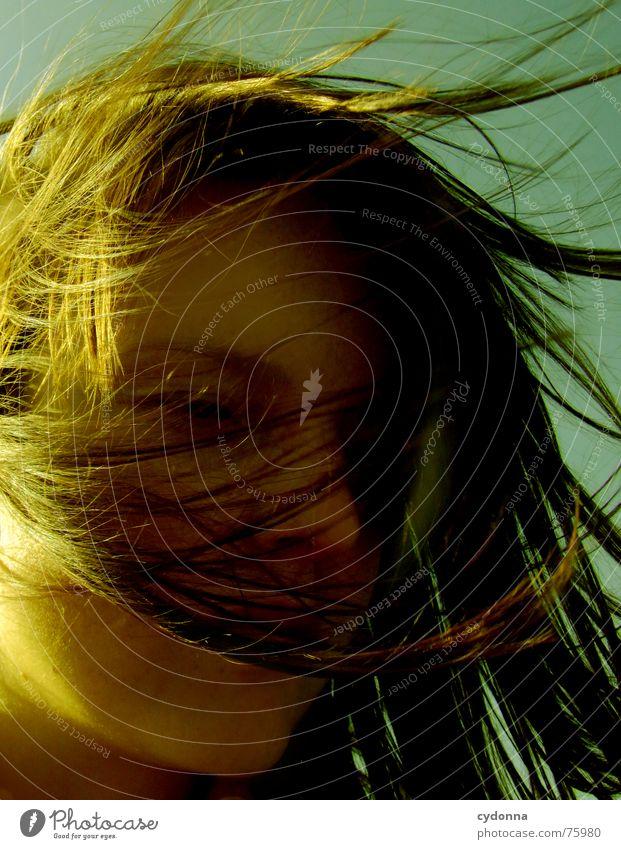 Wind-Kind I Sommer Sonnenstrahlen Licht angenehm Porträt Frau erleuchten Wärme Haare & Frisuren wehen Landschaft Gesicht face Mensch Blick Schatten reflektion