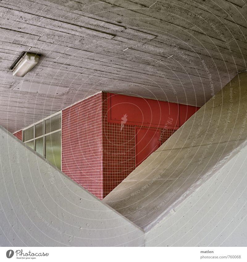 petit four Menschenleer Haus Hochhaus Gebäude Architektur Mauer Wand Fassade Treppenhaus grau rot Neonlampe Mosaik Autofenster Betonwand Farbfoto Außenaufnahme