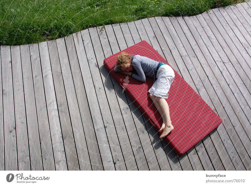 in den winterschlaf fallen Frau rot ruhig Erholung Gras Wärme schlafen Bett liegen Schweiz Physik Müdigkeit Holzbrett Alm Siesta