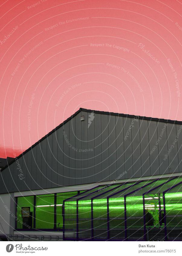 Rot-Grün-Schwäche Himmel rot Haus Ladengeschäft Parkplatz Neonlicht