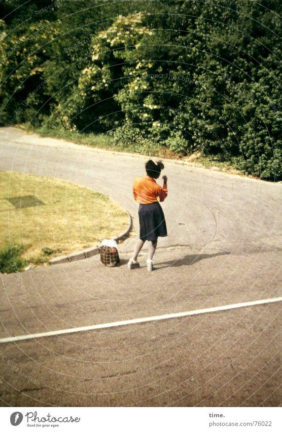 Mendocino ... Shit! Mensch Jugendliche Sommer Junge Frau Einsamkeit Straße Wege & Pfade feminin Stimmung stehen warten Konzentration Verkehrswege unterwegs England Straßenkreuzung