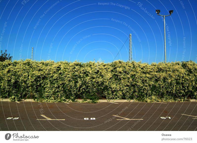 Parkplatz Himmel blau Schilder & Markierungen Ziffern & Zahlen Asphalt Laterne himmelblau Oberleitung