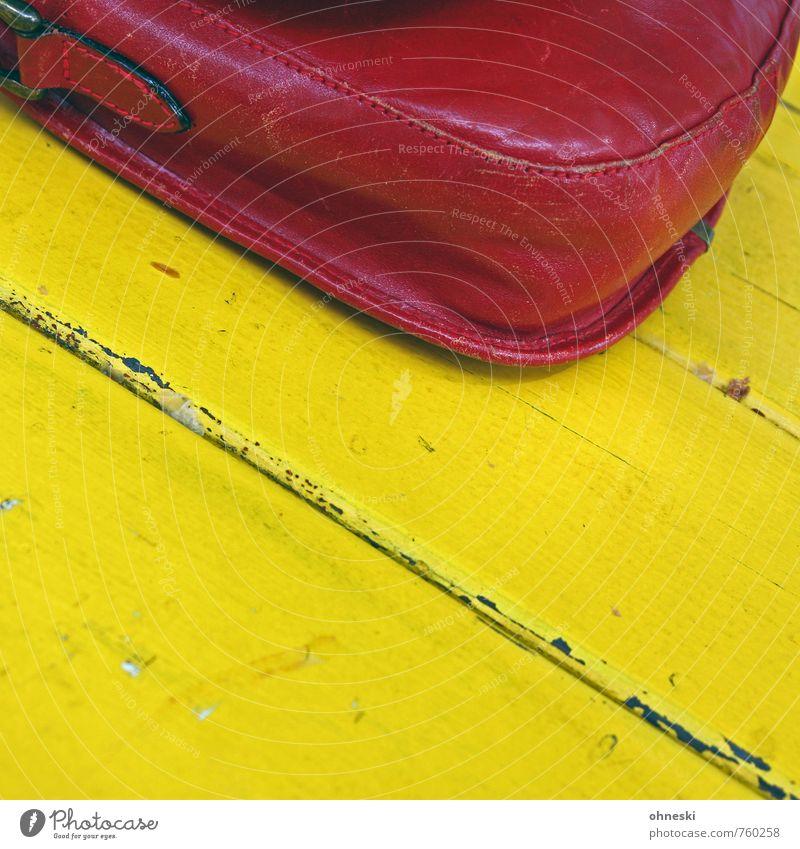 Die Handetasche Tasche Handtasche Tisch Holz alt gelb rot Leder Farbfoto mehrfarbig Außenaufnahme Strukturen & Formen Textfreiraum unten Textfreiraum Mitte