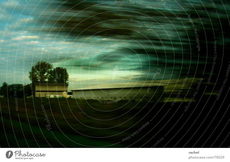 welt in highspeed Himmel Baum Ferien & Urlaub & Reisen Wolken dunkel Herbst Gebäude Wetter Eisenbahn Geschwindigkeit fahren Güterverkehr & Logistik Rasen