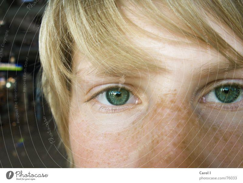 Ungeschminkt Sommersprossen blond Frau direkt Lomografie Auge blau Gesicht Blick Haare & Frisuren Detailaufnahme Nahaufnahme Bildausschnitt Anschnitt