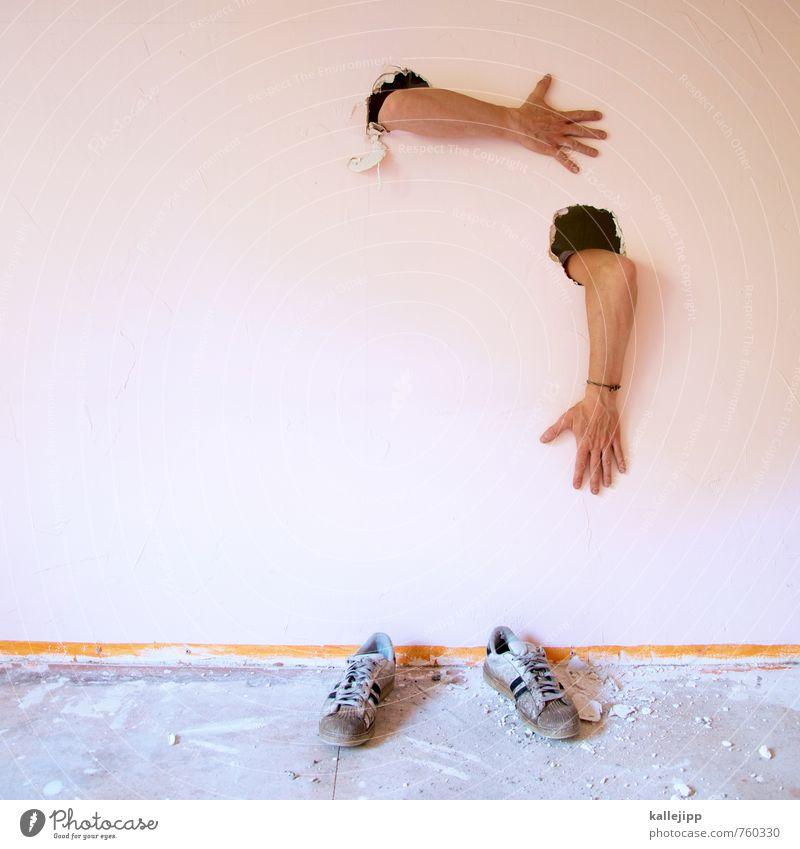 packen wir es an? Mensch maskulin Mann Erwachsene Körper Arme Hand 1 Turnschuh stehen Wand Mauer Loch fixieren einmauern gefangen skurril Baustelle Renovieren