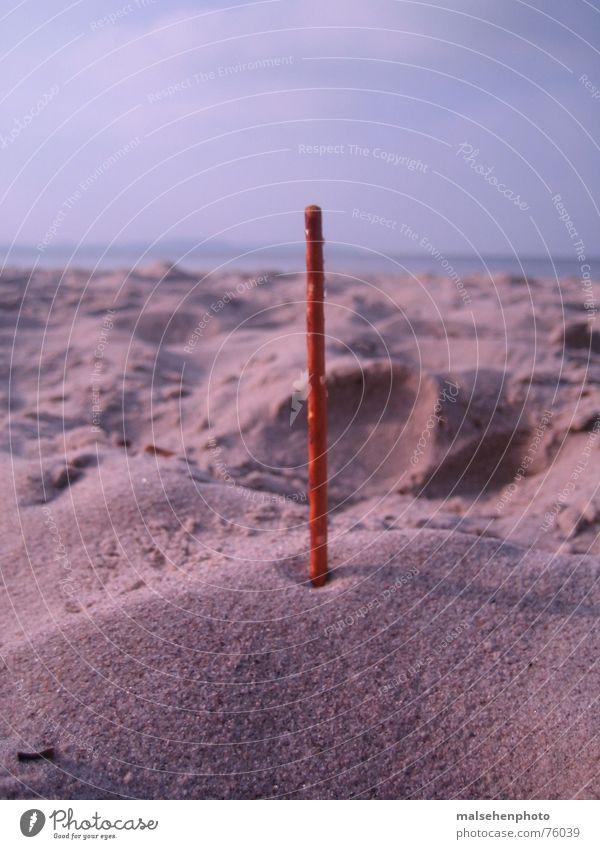 Salzstange am Strand Horizont Salzstangen Stab vertikal Sand Kontrast Ostsee