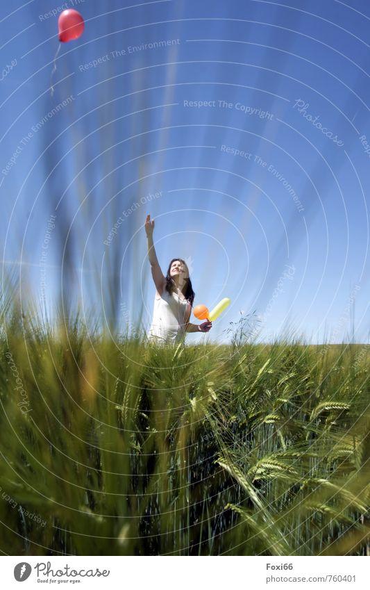 Naturgefühl Ausflug Abenteuer Freiheit feminin Frau Erwachsene 45-60 Jahre Landschaft Himmel Frühling Schönes Wetter Nutzpflanze Gerste Feld Luftballon genießen