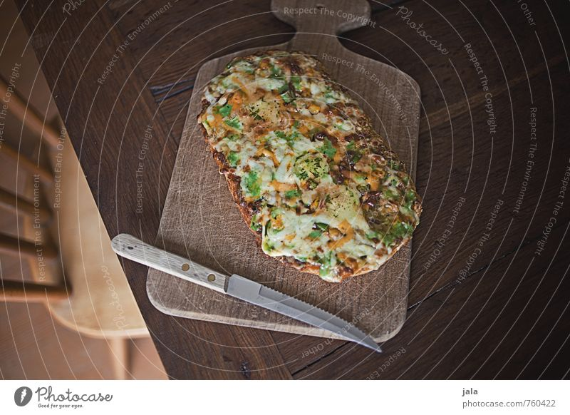 fladenbrotpizza Lebensmittel Pizza Ernährung Mittagessen Abendessen Vegetarische Ernährung Fastfood Fingerfood Messer Holzbrett Schneidebrett Stuhl Tisch gut