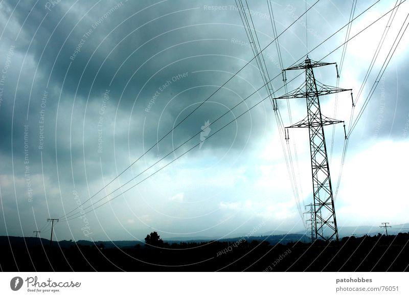 Herbst 06.1 Wolken schlechtes Wetter dunkel bedrohlich grau tief Regenwolken Strommast Elektrizität Stromdraht Monochrom Ferne Punkt Außenaufnahme Landschaft