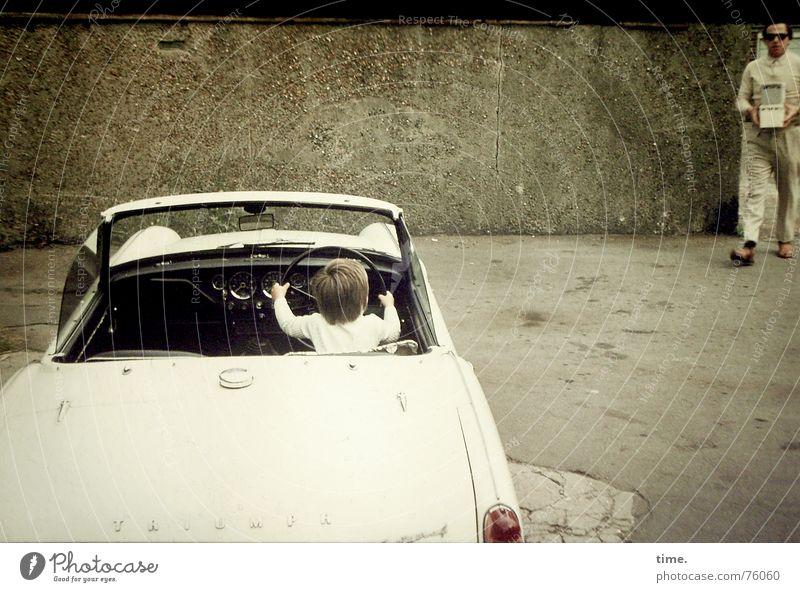 Unfinished Road Movie Erwachsene Junge PKW offen maskulin Erfolg Vater Versuch Parkplatz England Begeisterung Familie & Verwandtschaft Filmindustrie erstaunt Cabrio