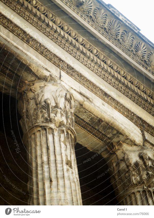 Alle Wege führen nach Rom Italien Säulenkapitell Dachgiebel historisch Kunst Römerzeit Gebäude groß wuchtig Strebe Mauer Dorischer Baustil schwarz Sand verziert