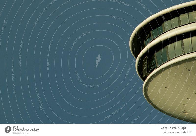 Alex' größte Konkurrenz Fenster Bauwerk Fensterfront Ferne Froschperspektive Sehnsucht rund Reflexion & Spiegelung Sommer heinrich-hertz-turm Himmel blau