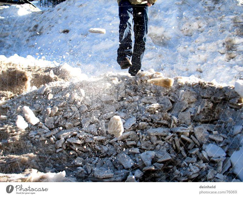 Rumfliegender Schnee blau Winter kalt Schnee Spielen Berge u. Gebirge Bewegung Fuß Eis Geschwindigkeit Skifahrer treten Bruchstück Schneeberg Schneehaufen