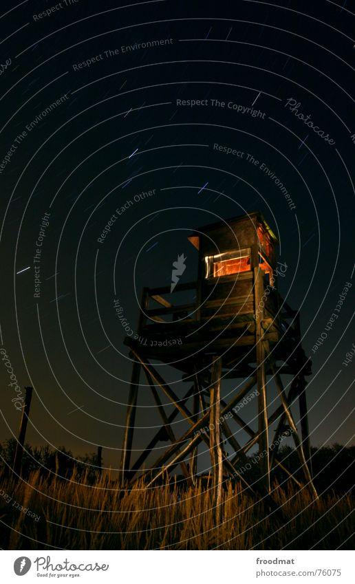 Hochsitz nachts Himmel Wald dunkel Gras Holz Stern Aussicht geheimnisvoll Wildtier Jagd Drehung Jäger schießen Nachtaufnahme Taschenlampe