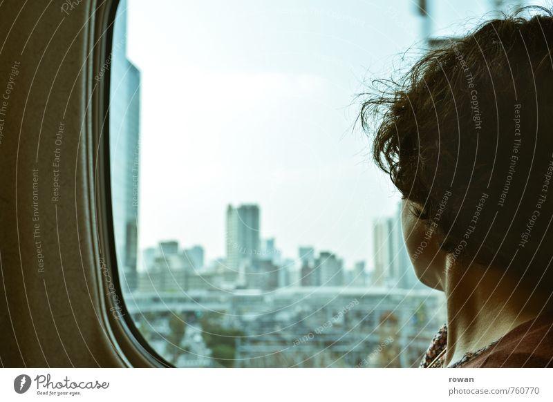 Tokyo Mensch Frau Ferien & Urlaub & Reisen Jugendliche Stadt Junge Frau Haus Erwachsene feminin Abteilfenster Stadtleben Hochhaus Aussicht Eisenbahn Abenteuer