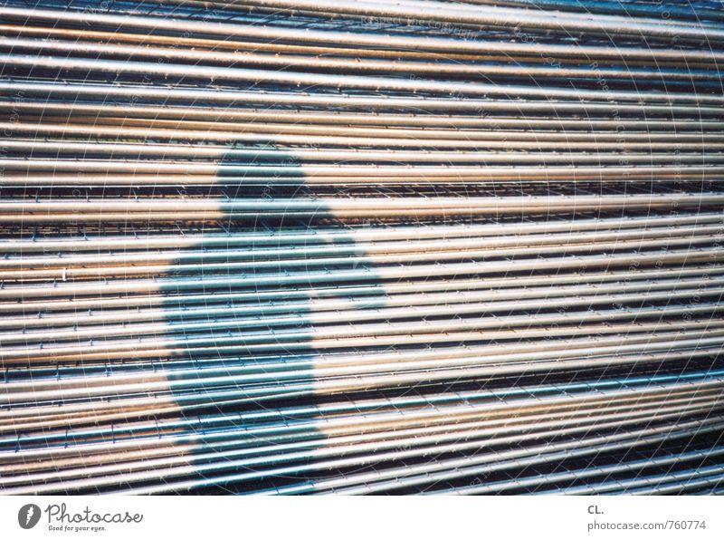 selbst Mensch maskulin Mann Erwachsene 1 Metall einzigartig Perspektive Linie Fotografieren Schattenspiel Schattendasein Barriere Zaun Gitter Farbfoto