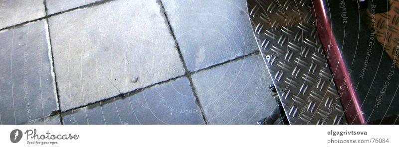 Treffpunkt Vespa Kleinmotorrad rot grau Strukturen & Formen Bodenbelag ueberkreuzung Detailaufnahme blau hell-dunkel-kontrast Fliesen u. Kacheln Rücken