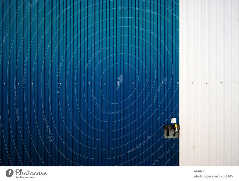 Zapfstelle Technik & Technologie Container Blech Blechwand Wasserhahn Metall einfach blau weiß Farbfoto Außenaufnahme Nahaufnahme Detailaufnahme abstrakt