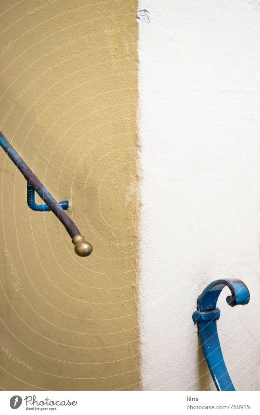auf gehts... weiß Haus Wand Mauer Gebäude braun Treppe Sicherheit Treppengeländer eckig Stab haltend
