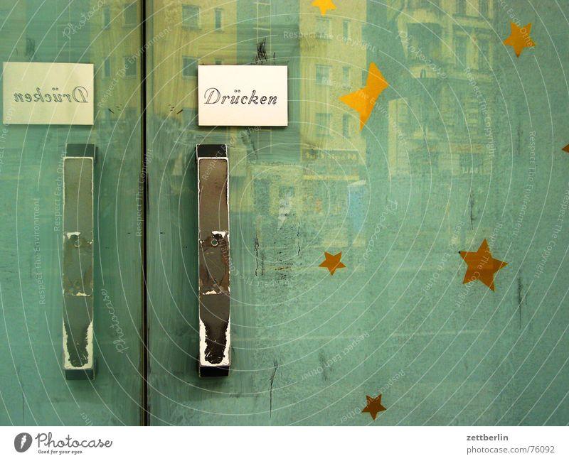 Drücken Eingang Griff Knauf Türöffner geschlossen geheimnisvoll Ladengeschäft Eröffnung Reflexion & Spiegelung Fassade grün grau gelb Burg oder Schloss closed