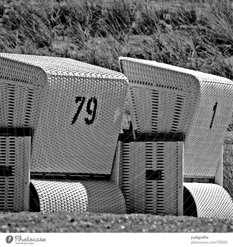 80 1 2 Strandkorb Meer Ferien & Urlaub & Reisen geflochten Schablonenschrift Ziffern & Zahlen schwarz weiß grau achtzig neunundsiebzig Ostsee Erholung