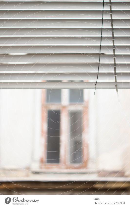 Gegenseitigkeit Wohnung Haus Renovieren Bauwerk Gebäude Fassade Fenster alt hängen kaputt Neugier Traurigkeit Beginn Armut Einsamkeit Endzeitstimmung