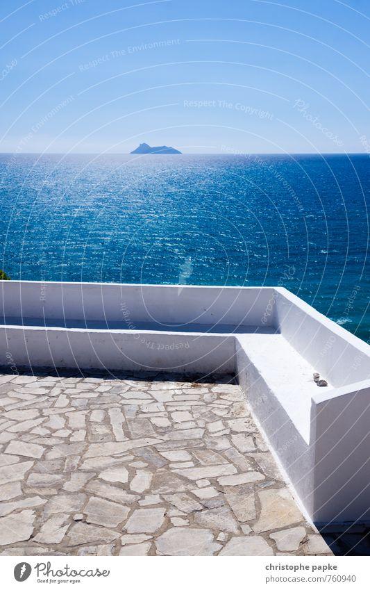 Griechische Bank am Abgrund Ferien & Urlaub & Reisen blau weiß Sommer Meer Ferne Wärme Küste Stein Horizont Wellen Insel Schönes Wetter Aussicht Sonnenbad