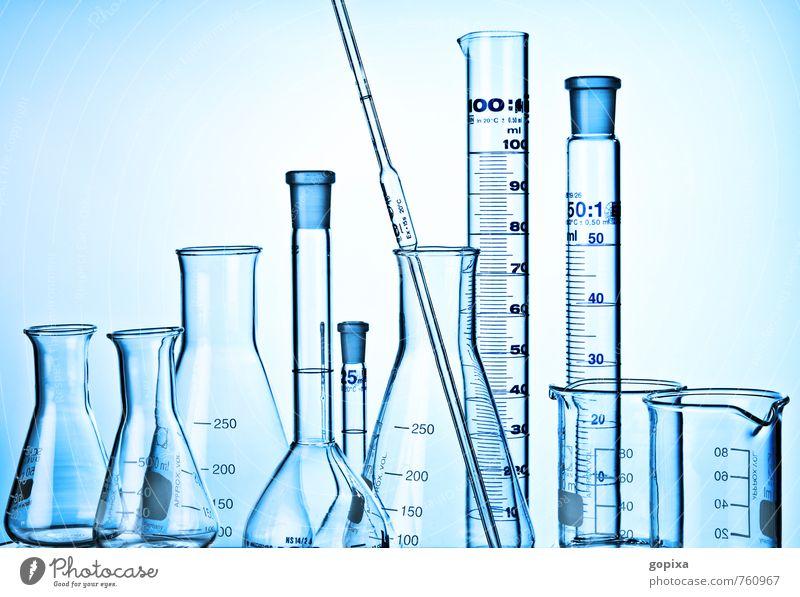 Pipette, Glaskolben und Mensuren vor blauem Hintergrund Wissenschaften Labor forschen untersuchen Untersuchung Transparente messen Industriefotografie Chemie