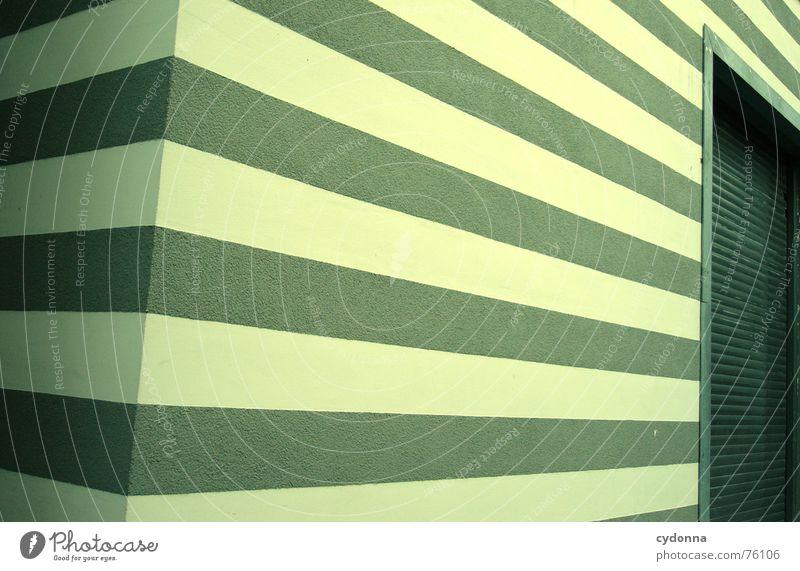 Streifen grün Haus Gebäude Linie Architektur Fassade Perspektive modern Ecke Häusliches Leben streichen Tor reduzieren minimalistisch interessant