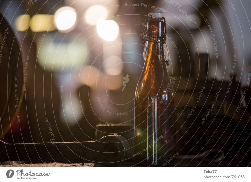 Feierabendbier Getränk Alkohol Bier Erwachsenenbildung Arbeitsplatz Baustelle Fabrik Werkzeug Maschine Mensch retro Farbfoto Nahaufnahme Detailaufnahme
