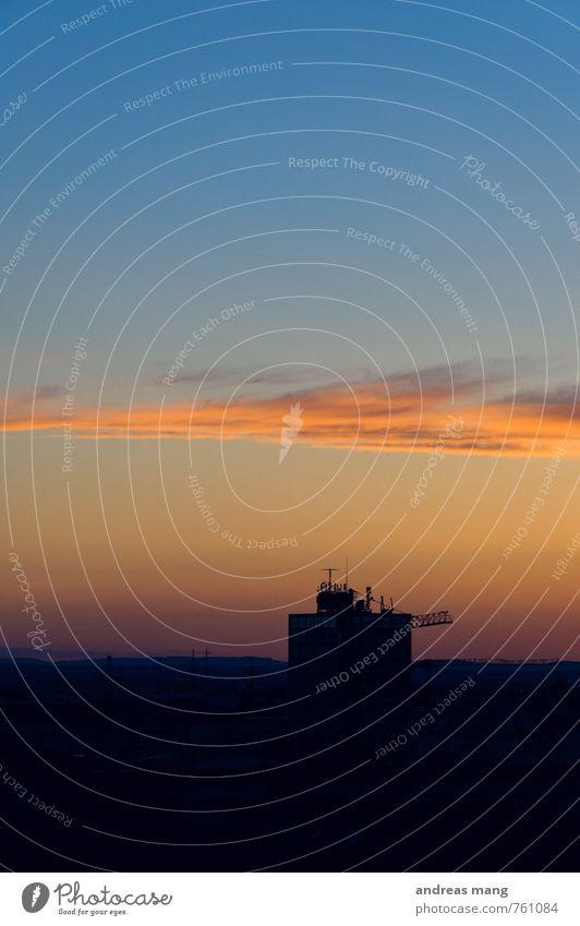 In den Himmel bauen Telekommunikation Wolken Horizont Sonnenaufgang Sonnenuntergang Stadt Hochhaus Dach Antenne Einsamkeit Ende Endzeitstimmung Kommunizieren