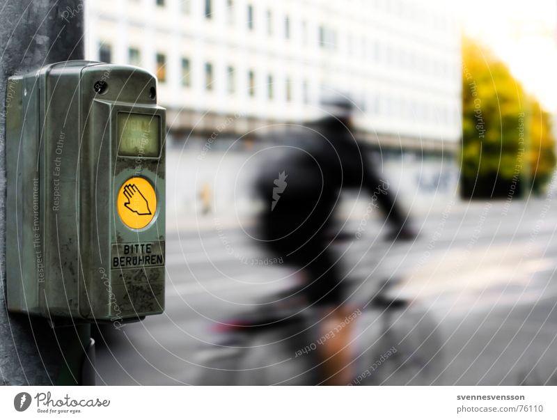 Straßen überquerungs erlaubnis einhol gerät! Stadt Straße Bewegung Fahrrad Verkehr Aktion Technik & Technologie Kontakt berühren Strommast Aktien Ampel Beruf Zugang fordern