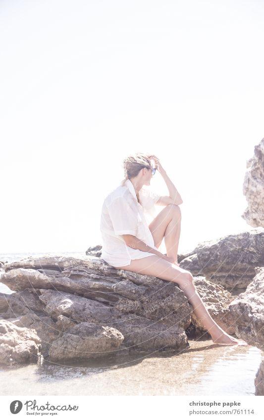Die Denkerin Mensch Frau Jugendliche Ferien & Urlaub & Reisen Sommer Meer Junge Frau Erholung ruhig 18-30 Jahre Strand Erotik Erwachsene Küste Denken Stein