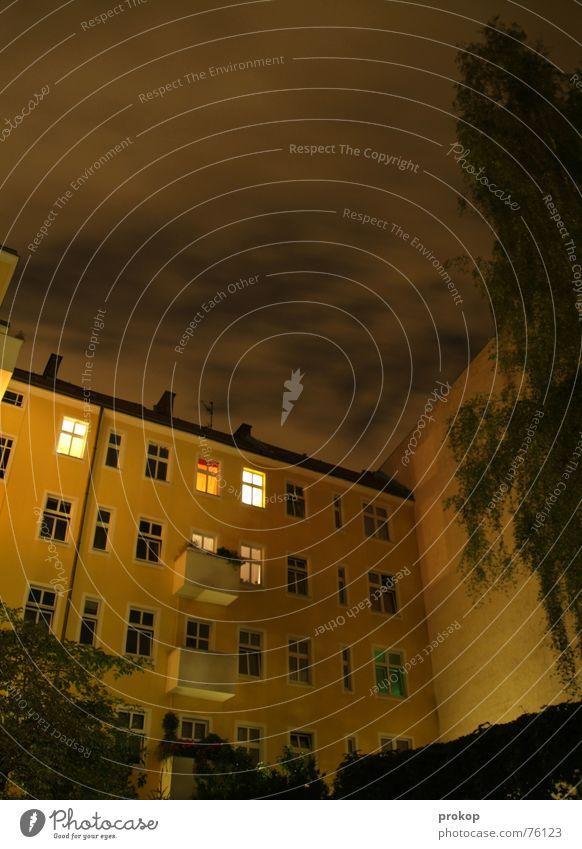 Nächtliche Rennwolken Himmel Baum Haus gelb dunkel Fenster Geschwindigkeit Rasen Vergänglichkeit Mond Hinterhof