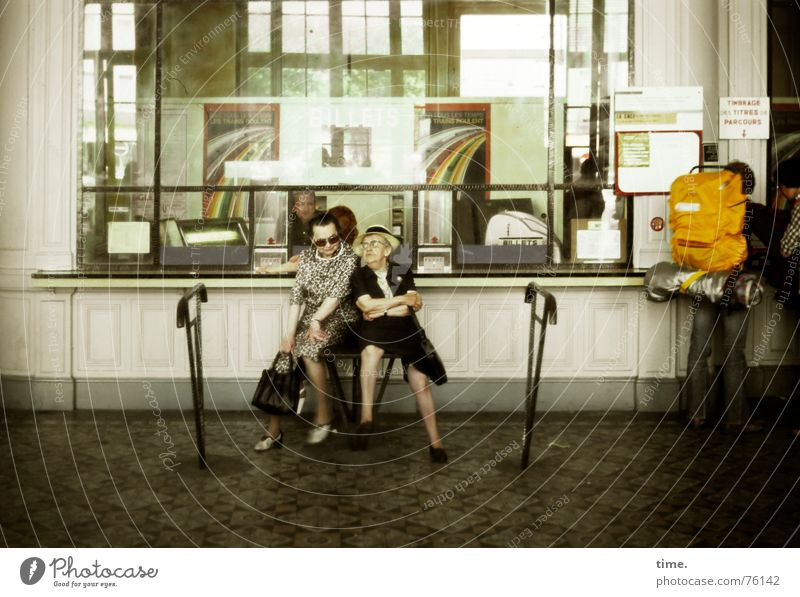 Two to Toulouse Frau Ferien & Urlaub & Reisen Senior sprechen lustig Erwachsene wandern verrückt Mensch Information Dame Station Frankreich Bahnhof Barriere