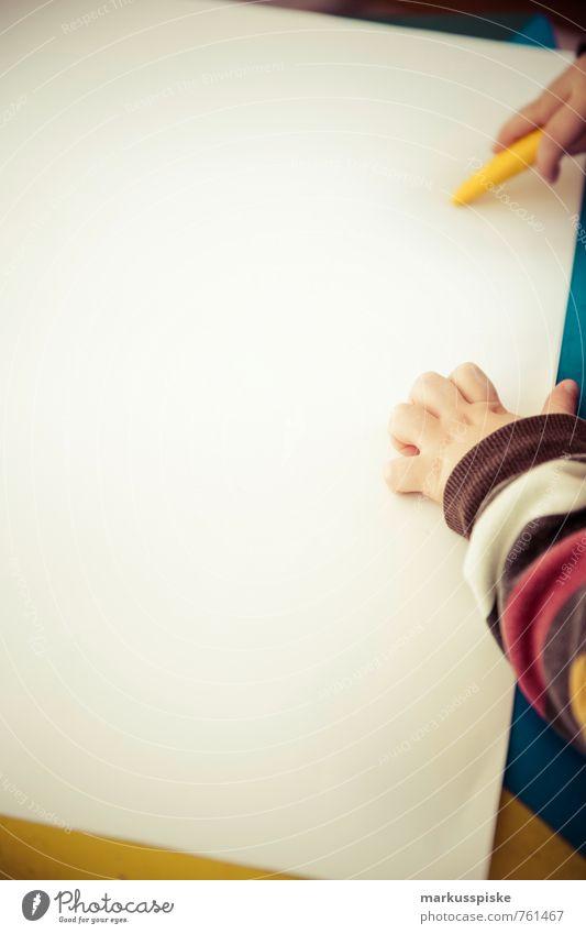 kita malen wachsmalkreide Mensch Kind Hand gelb Junge Spielen Freizeit & Hobby Kindheit Arme Finger Bildung Beruf zeichnen Kleinkind machen Kindergarten