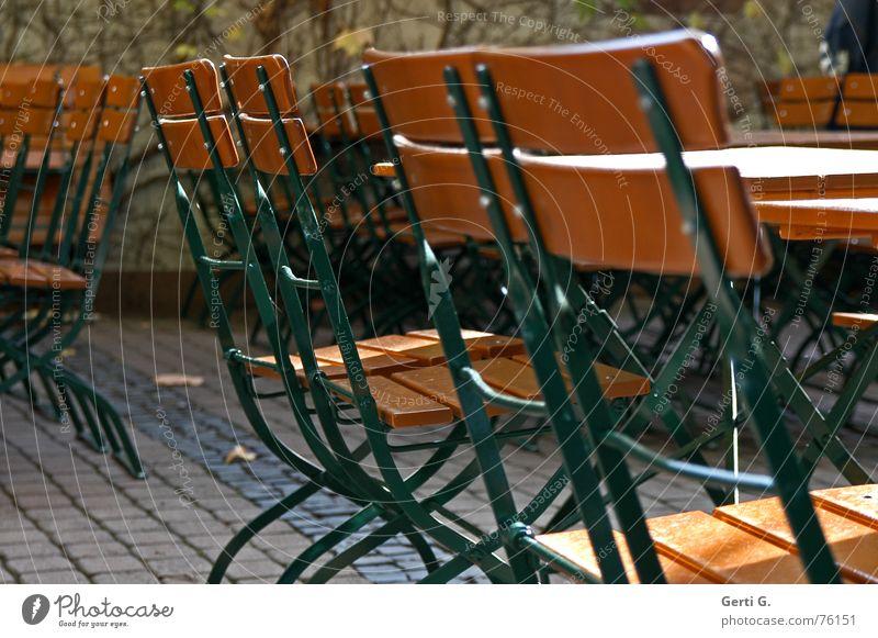 zusammenRücken Herbst Holz sitzen Tisch Schönes Wetter Stuhl Gastronomie Jahreszeiten herbstlich Biergarten Kneipe Biertische