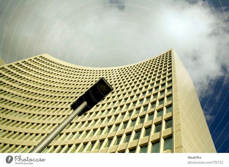 Schlagseite Haus Hochhaus Arbeit & Erwerbstätigkeit Fenster geschwungen Etage Himmel Stadt Wolken Dach Konstruktion Wolkenformation Rollo Lampe Licht quer hell